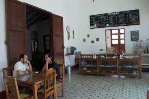 En la cafetería de Luz de Noche también puedes saborear un delicioso café de la región, y comprar recuerdos típicos. Foto: Abril P.