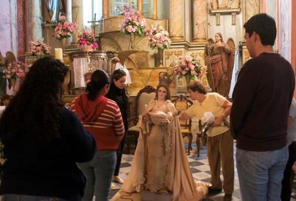 """Los tlacotalpeños realizaron la llamada """"Preparación"""" de la Virgen de la Candelaria cambiaron su vestido, arreglaron su cabello, y la dejaron lista el inicio de su festividades. Foto Abril P."""