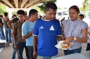 Defensores de derechos humanos y activistas alimentan a migrantes pueden continuar con su camino