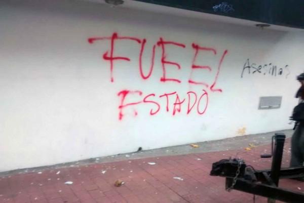 Xalapa, Ver.- En la marcha también realizaron pintas de protesta/ FOTOVER