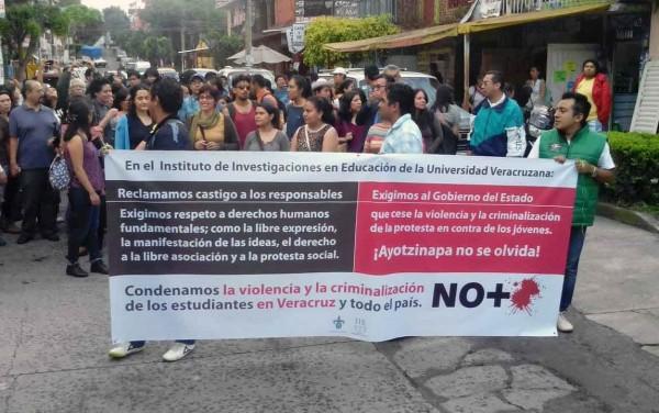 Xalapa, Ver.- Estudiantes  realizan marcha en apoyo a universitarios de la UV,  con motivo a la agresión que sufrieron los ocho jóvenes el pasado 5 de junio. FOTO: AMBROSIO PABLO HDEZ/FOTOVER.