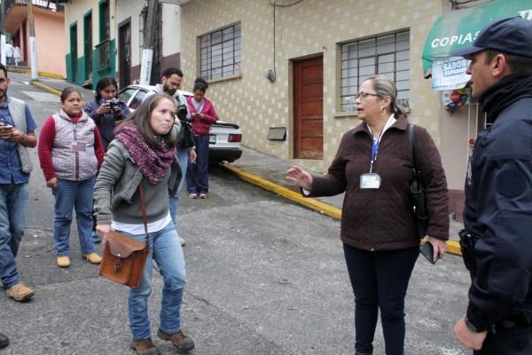 La reportera Melisa Díaz encaral al jefe policíaco tras ser perseguida y golpeada por policías quienes les destruyeron su celular/Fotover