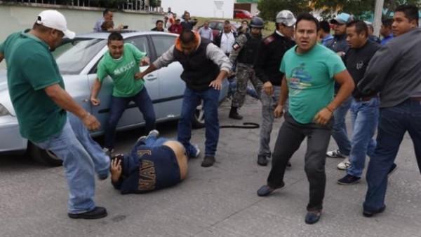 El pasado fin de semana policías vestidos de civil golpearon a profesores y periodistas/Fotover