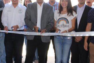El Director General del ITSX Mtro. Miguel Ángel Martínez Poceros corta el listón inaugural del Laboratorio de Bioquímica y Alimentos