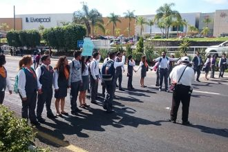 Los normalistas bloquearon varias horas un carril de Lázaro Cárdenas frente a la SEV/Fotover