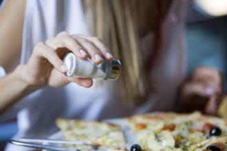 Muchísima gente no ha probado la comida y ya le está poniendo más sal, va directo a la hipertensión...