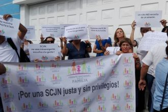 Un reducido grupo de personas protestaron afuera de la Casa Jurìdica/Plumas Libres