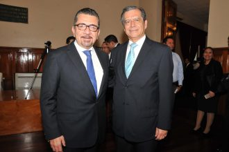 El oficial mayor de la SEV, Avel Cuevas Melo y Enrique Pérez Rodríguez, secretario de Educación/FOTOVER