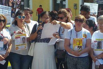 Madres oraron y lloraron por sus hijos desaparecidos en el zócalo del puerto/ Dany Jácome