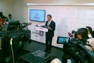 Miguel Angel Yunes en conferencia de prensa esta mañana/Plumas Libres