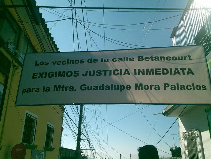 Los vecinos se organizaron en vigilantes y colocaron una manta en la calle del centro de Xalapa/Plumas Libres