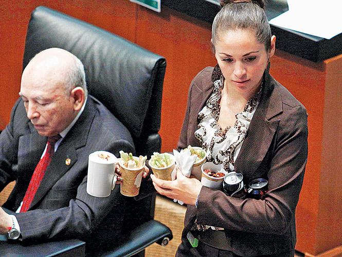 Resultado de imagen para diputados comiendo galletas