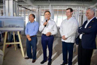 """Este día el gobernador Miguel Ángel Yunes le dijo al alcalde Ramón Poo """"eres un gran alcalde, trabajaremos de la mano de manera institucional en beneficio de Veracruz"""", en el marco de la develación de la Placa del salón de usos múltiples del asilo de la Cruz Roja"""