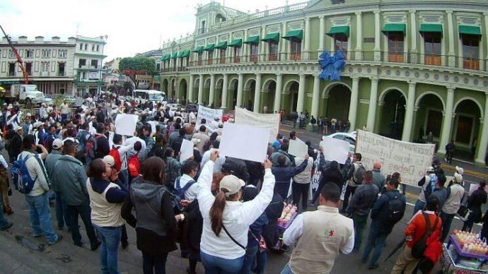 Hoy los aproximadamente 400 despedidos protestaron frente a Palacio de Gobierno