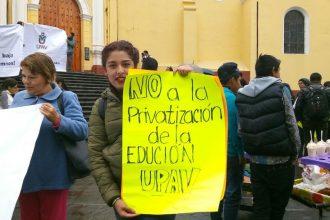 Marcharon este medio día en Xalapa, alumnos, profesores y demás para protestar por despidos en la UPAV