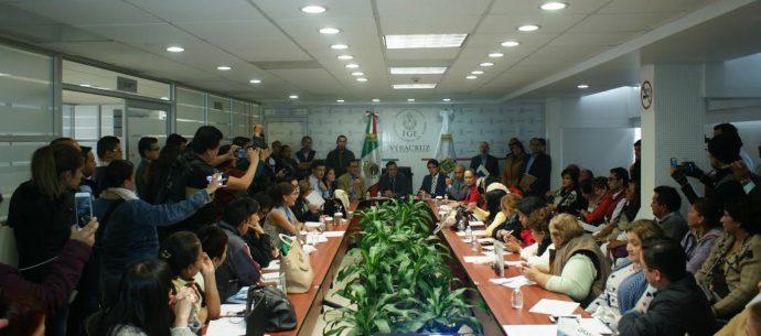 Integrantes de 9 colectivos que buscan a más de 6 mil desaparecidos en Veracruz lograron ser escuchados por el subsecretario de Segob Roberto Campa y el fiscal Jorge Winckler este día