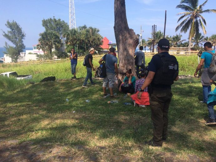 Rescatan en Veracruz a 126 migrantes centroamericanos que viajaban en un tráiler