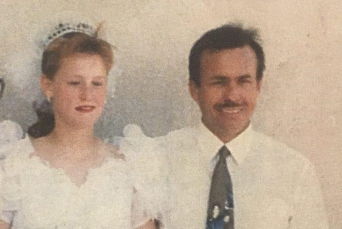 Mujer escapa de su padrastro tras 19 años de abusos