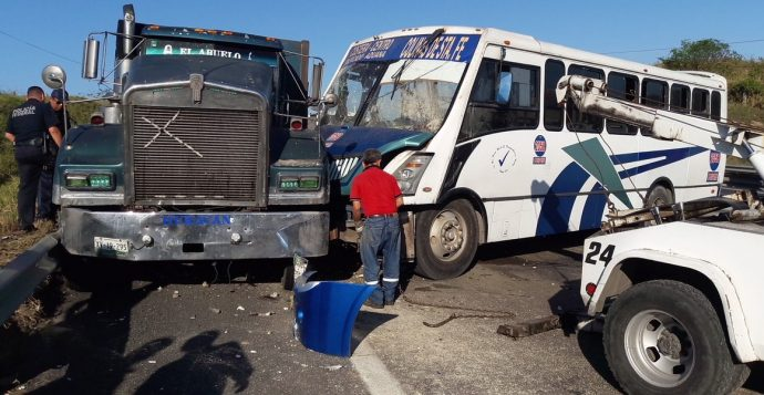 Urbano se impacta contra camión de carga; 20 lesionados (Fotos)