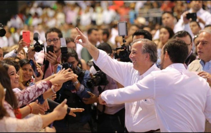 Adolescente niega saludo a Meade durante acto de precampaña en Cancún