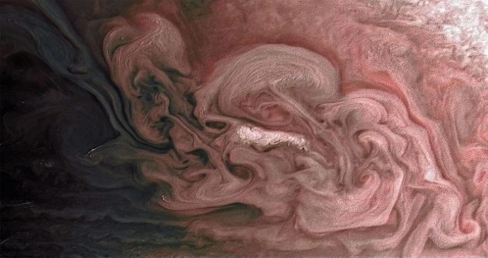 NASA capta una singular tormenta rosada de nubes brillantes en Júpiter