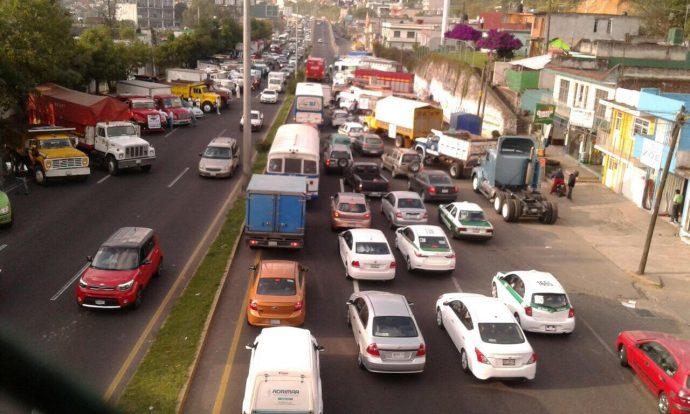 Transportistas protestan en periférico RLS por alza en combustibles