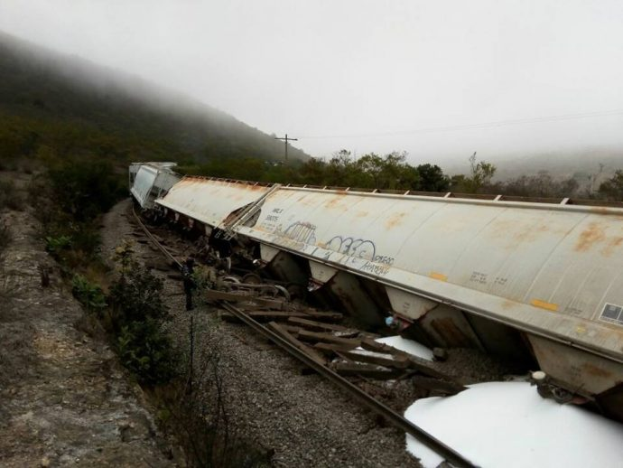 Descarrilan ferrocarril para asaltarlo en Veracruz