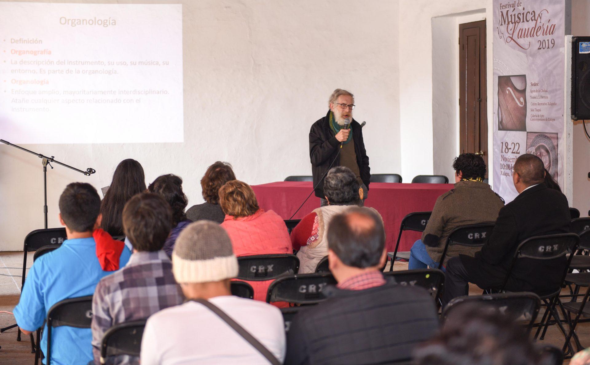 Imparte Miguel Zenker Hackett conferencia magistral de Organología en Xalapa - plumas libres